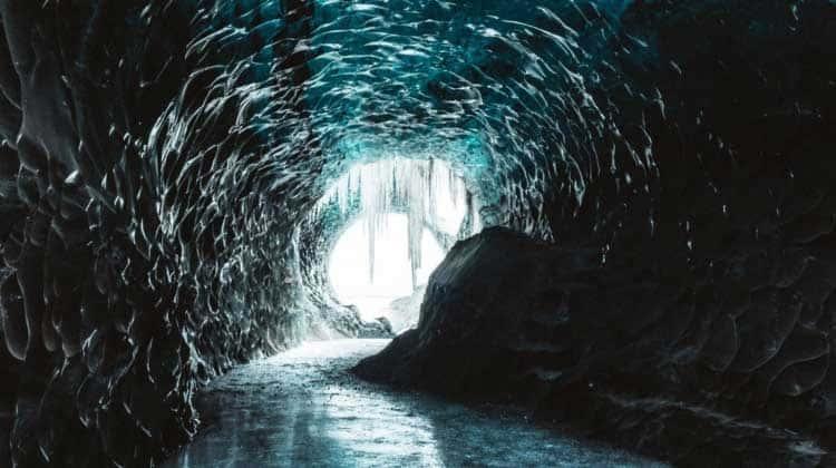 Topniejąca grota lodowa